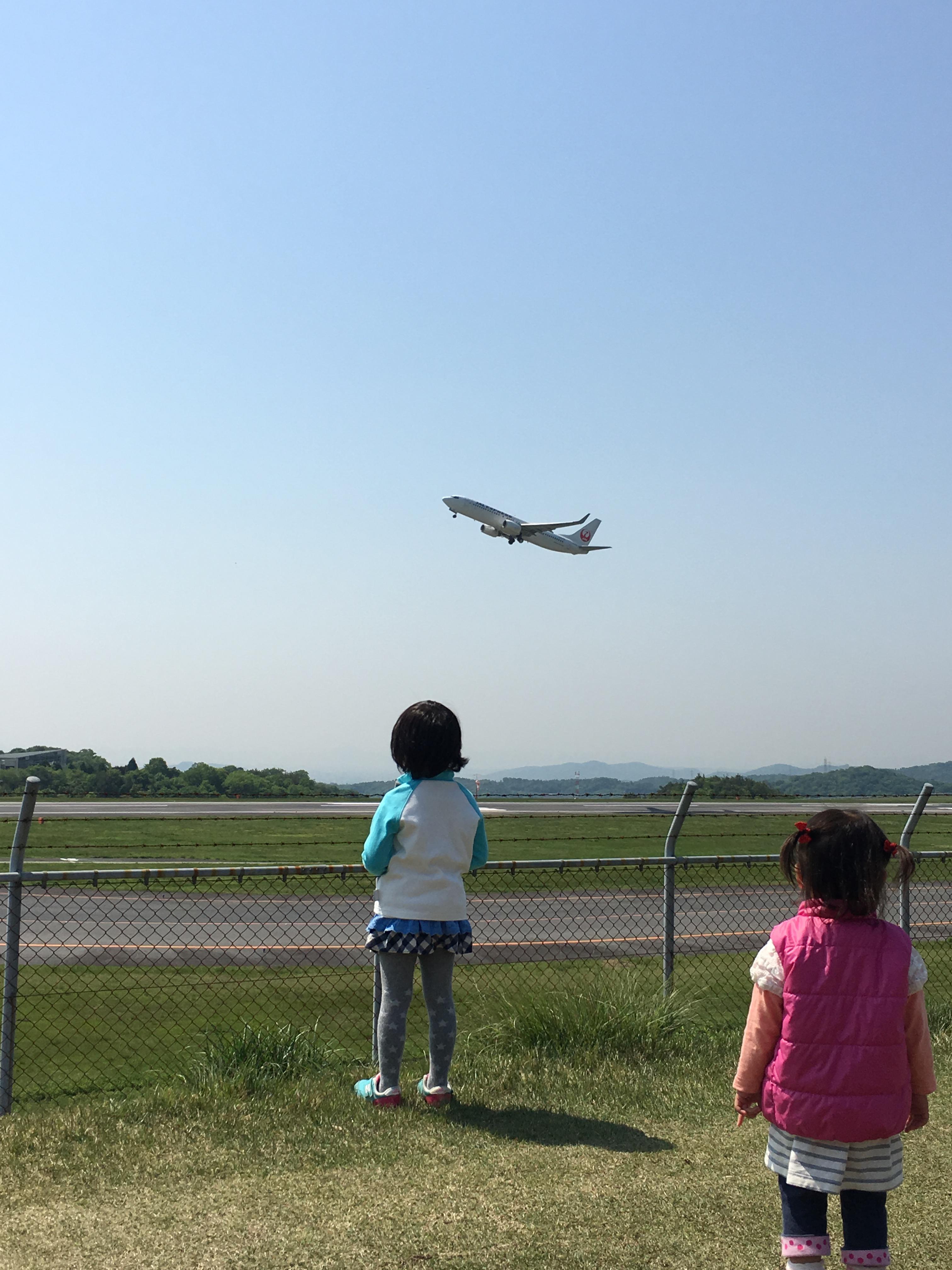 飛行機に見とれる二人